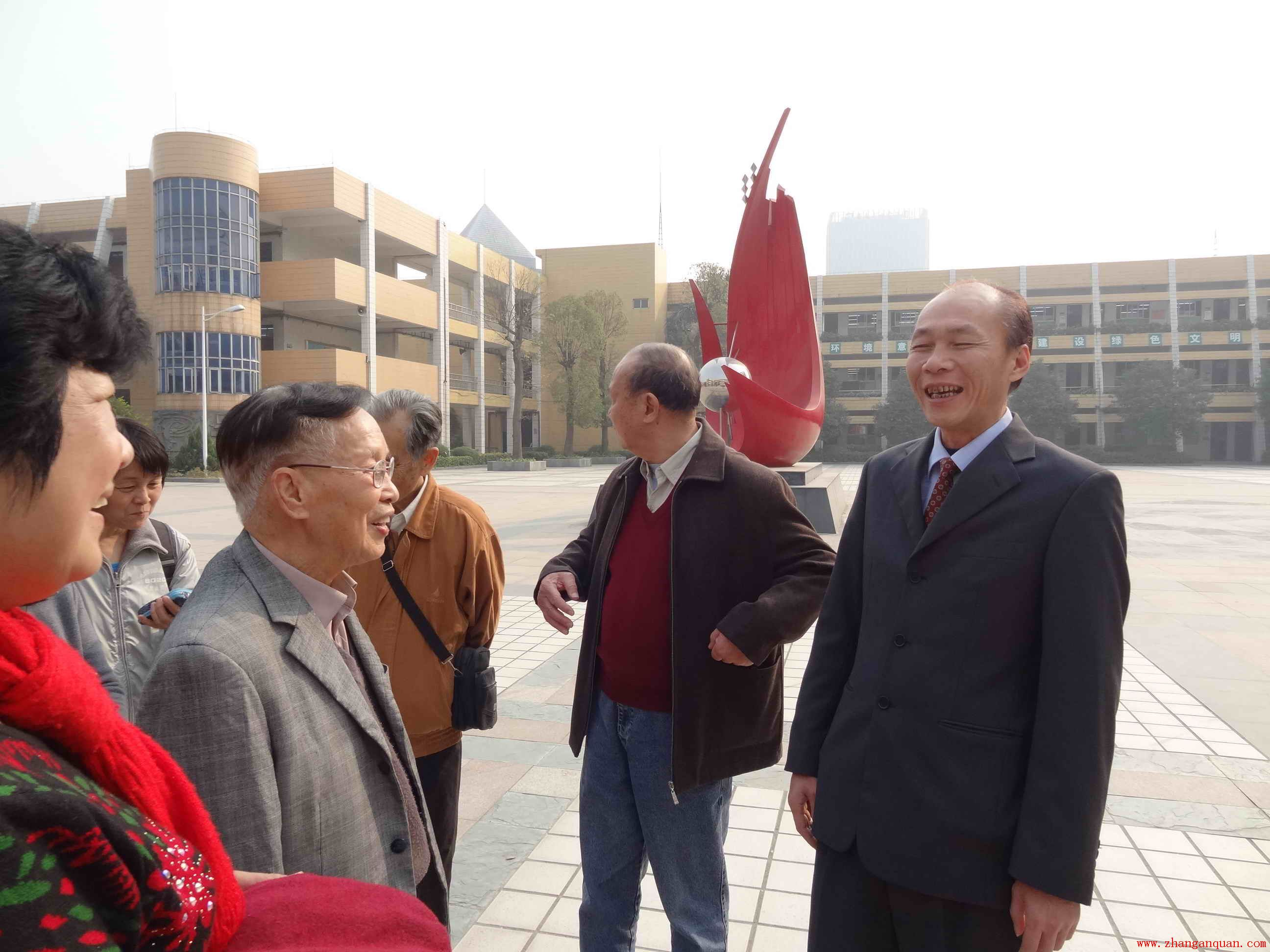 新塘中学老校长吴佩珩带队参观甘泉小学